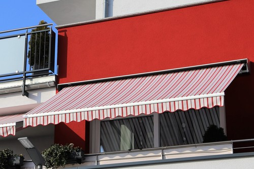 installing-retractable-awning-for-balcony
